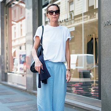 さわやか見え抜群!Tシャツ×ブルーボトムコーデ【パリ&ミラノの夏マダムスナップ】