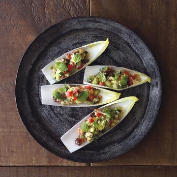 3.彩り野菜とツナ、キヌアのサラダ アンディーブにのせて
