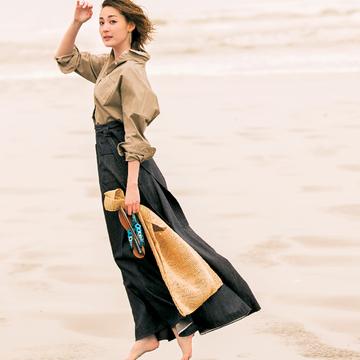 2.さらりと着るだけで女性らしさが引き出される、襟抜きシャツ