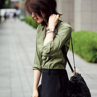 ■媚びない色気と こなれ感を両立する カーキシャツ
