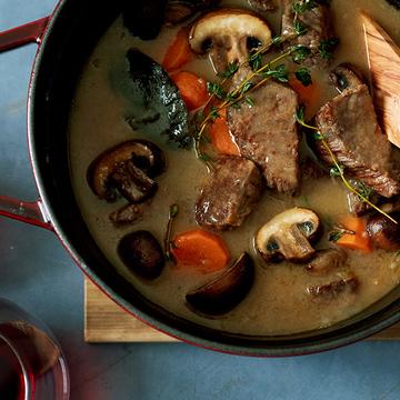 バターの風味でコク深い「牛肉の白ワイン煮込み」のレシピ【平野由希子さんの「肉の煮込み鍋」】