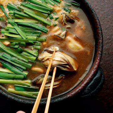締めはうどんで!カレー味の「牡蠣とニラ」鍋レシピ【林高太郎さんの極上しゃぶしゃぶ】