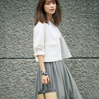 「白のサファリジャケット」があれば、簡単に今っぽいこなれ感のある雰囲気に!