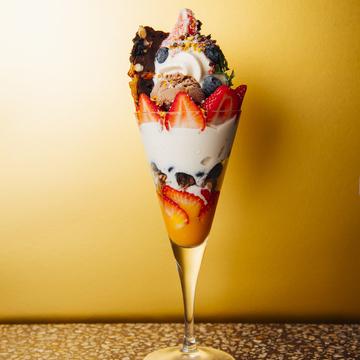 スーパーフードや豆腐のガトーショコラも使用したヘルシーな1品。「スウィート ベリー ベリー ショコラ パフェ」(1814円)