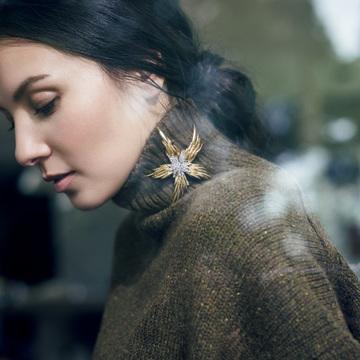 5. TIFFANY & CO. ローゲージタートルの襟もとにアートなブローチをひとつ
