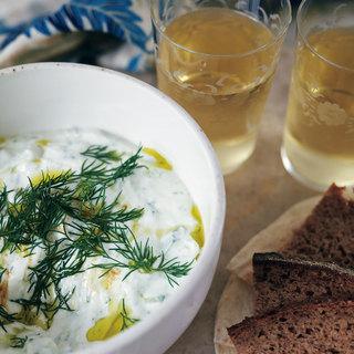 旅する気分で楽しむ。ギリシャワインにヨーグルトのさわやかな味わいの料理を合わせて【平野由希子のおつまみレシピ #93】