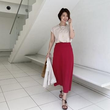 サテンなピンクスカートをまとって