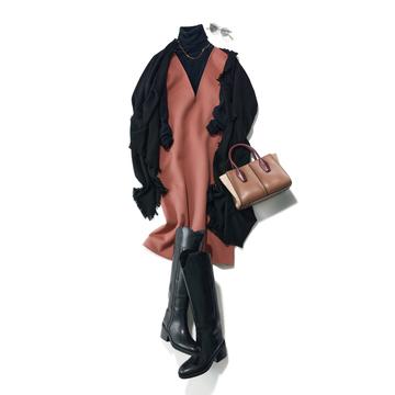 【濃いベージュコーデ】黒の装いにアクセントとしてベージュを投入。旬のムードに