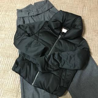 ショートでも暖かい使い回し抜群の黒ダウンジャケット。