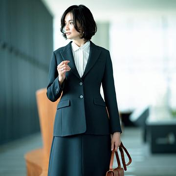 個性的なシルエットで存在感アップ!「スーツスカート」でビジネスシーンに華やかさ添える【マダム戸野塚流「働くスーツ」】