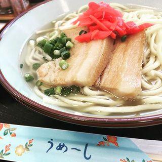 沖縄に着いて早々、お約束の沖縄そば♡お箸の袋に「うめーし」!?