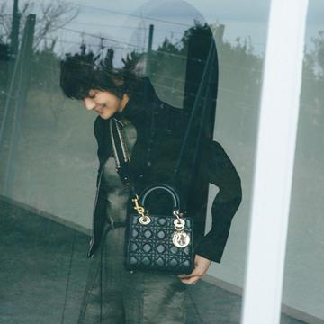 """ディオールの名品バッグとパンプスで""""コンサバ感""""を【富岡佳子流・靴&バッグの最旬セット】"""