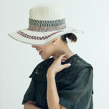 Q.ヘアスタイルをくずさない帽子のかぶり方が知りたい!【大草直子の夏のファッション相談室】