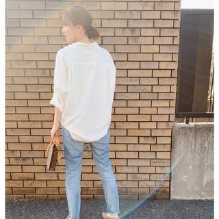 春はすぐそこ!白シャツ×デニムコーデ