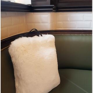 冬の白!ファーバッグで何か物足りない日のフェミニンさをプラス