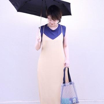 お気に入りの褒められ日傘と、美シルエットのユニクロキャミワンピ。