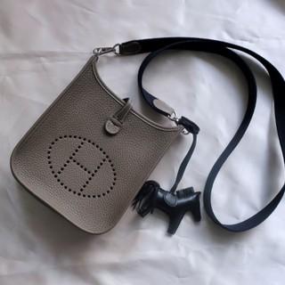 今本当に使えるバッグは、手のひらサイズのポシェット一択!