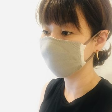 リバーシブル布マスクの着用写真①
