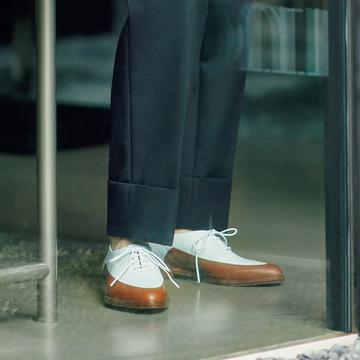 白×ブラウン配色が素敵!「クレジュリー」のシューズで装いをぐっとモダンに【格上げフラット靴】