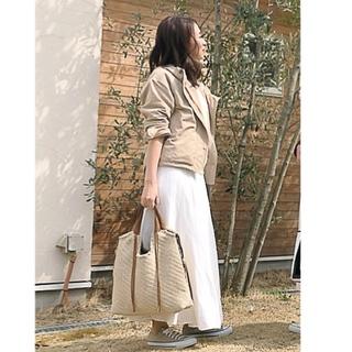この日はベージュ×白のワントーンコーデ。 outer:gu / tops:plage /skirt:spick&span  shoes:converse