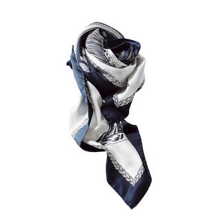 首元以外にも活躍!女っぷりマリンを作るネイビー×白のスカーフ