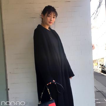 岡本杏理の冬の黒コーデ♡ ROSE BUDの赤バッグがアクセント【モデルの私服スナップ】