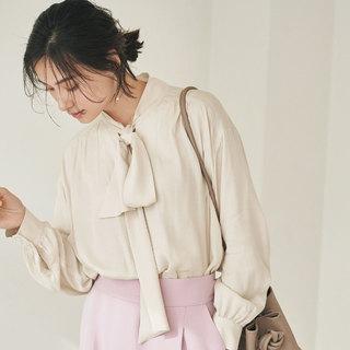 【春の女っぷりワードローブ】タックボウタイブラウス&後ろボタンスタンドシャツ