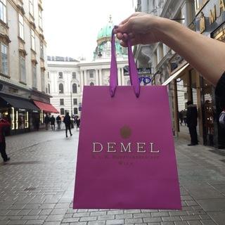 デメルの紙袋はピンク色も台形も相当かわいい