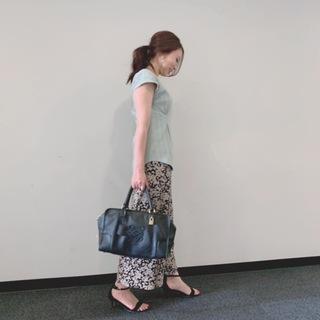 今まで黒やアイボリー、ベージュのトップスを合わせていたこちらの花柄スカートもミントグリーンと合わせることでとても新鮮!