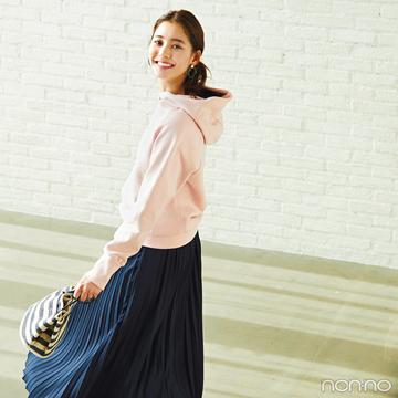 新木優子はフーディにプリーツスカートを合わせて女らしさをオン!【毎日コーデ】