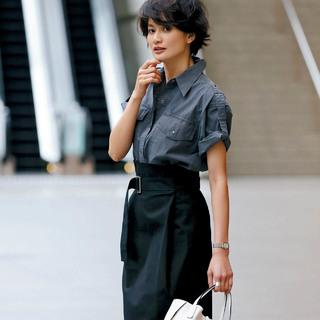 今っぽく、スタイルアップもかなう働く日の夏スカートは?