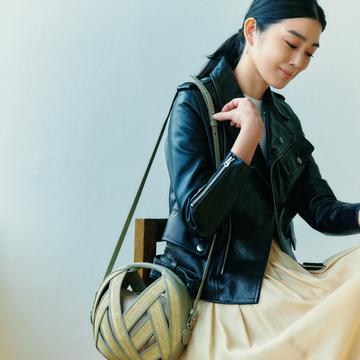 ペラン パリのモダンなバッグを甘辛スタイルの味つけに【春ファッションが見違える主役バッグ】