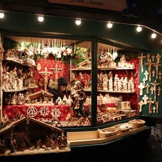 クリスマス飾りのショッピングも楽しめます。