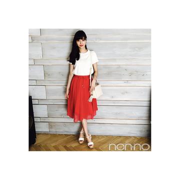 新川優愛は鮮やかな赤スカートで白Tをリフレッシュ!【毎日コーデ】