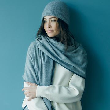 小物でカシミヤをまとって、ぐんと優雅な装いに。冬のお出かけスタイル