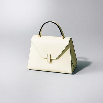ビジネス服の品格アップも叶える「白のお仕事バッグ」2選