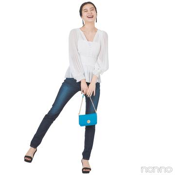 白×デニムコーデはシフォンの透け感でいい女度を高めて【毎日コーデ】