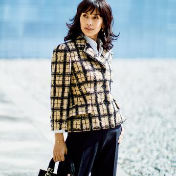 「ディオール」のジャケットで華やかかつ大人の余裕を演出【エグゼクティブ女性のベージュスタイル】