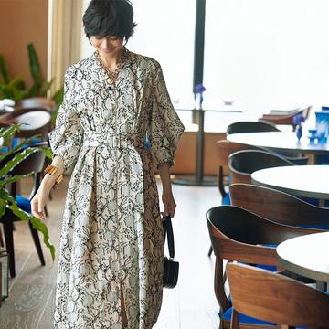 ジル サンダーのフラワーモチーフドレスでホテルランチへ【富岡佳子、サマードレスで過ごすホテルの休日】