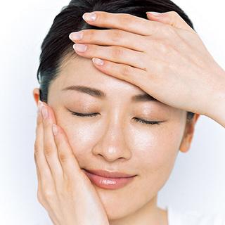 2.手に化粧水をとって、肌に入れる。 加えて、週2 回角質ケア美容液を