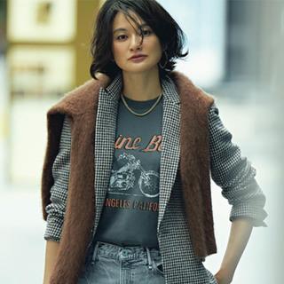 辛口好きのジャケットのインナーは、ベーシックカラーの「ロゴTシャツ」で一気にこなれる!
