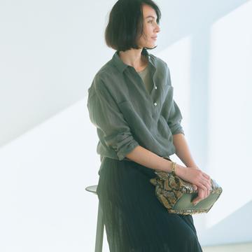 黒のプリーツスカートは軽やかな透け感が女っぽさの決め手に!【アラフィーの新定番は黒スカート】