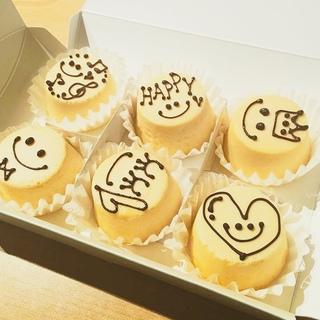 プレゼントにぴったり!イラストやメッセージが描けるひと口サイズのチーズケーキ