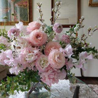 様々なお花で淡いピンク色のグラデーションを作りました